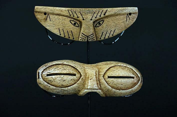 INUIT - 20° EEUW 2 (§) Eskimo - sneeuwbrillen genaamd 'Ikaak' - één met de kop van een zeehond - in been van potvis of walrus - breedte : 13 2 cm - één met amandelogen en geprononceerde neus - in been van een potvis - breedte : 13 4 cm uit