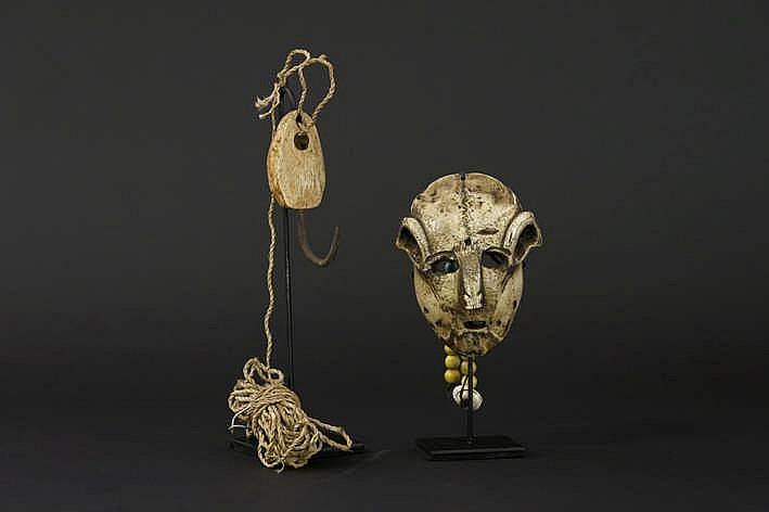 CANADA/INUIT - 20° EEUW lot van een klein sjamanenmasker gemaakt van een rendier- of kariboeschedel met een gestileerd menselijk gelaat met glaskralen & een gemonteerde vishaak met een hermisferische vorm in been ijzer en getresseerde koord - 11 4 x