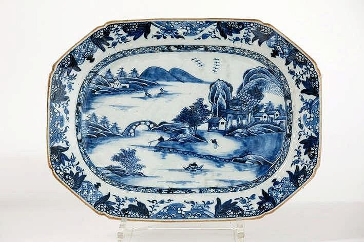 Achttiende eeuwse octogonale schaal in Chinees porselein met een blauwwit decor met visser - 23 x 31 cm