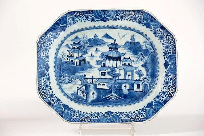 Achttiende eeuwse Chinese octogonale schaal in porselein met een blauwwit landschapsdecor - 29 x 37
