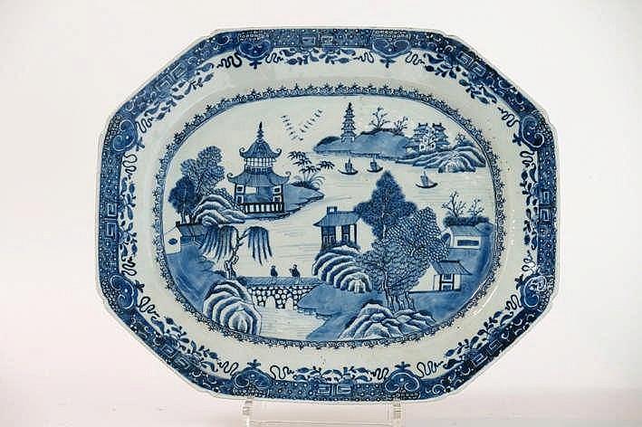 Achttiende eeuwse octogonale schaal in Chinees porselein met een fijn uitgewerkt blauwwit landschapsdecor - 41 5 x 34 cm