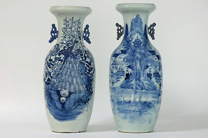 Lot van 2 antieke Chinese vazen in porselein met een blauwwit decor - hoogtes : 58 cm