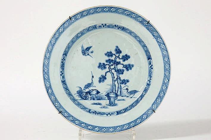 Achttiende eeuwse Chinese ronde schaal in porselein met een blauwwit decor met vogels in landschap - diameter : 32 cm