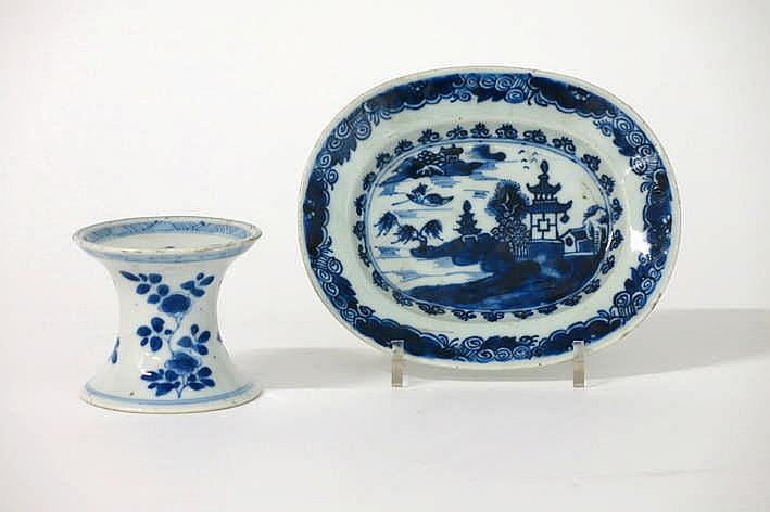 Lot met een vrij zeldzaam achttiende-eeuws zoutvaatje (7 cm hoog) met typische vorm en een ovaal schaaltje (13 x 15 cm) in Chinees porselein met een blauwwit decor