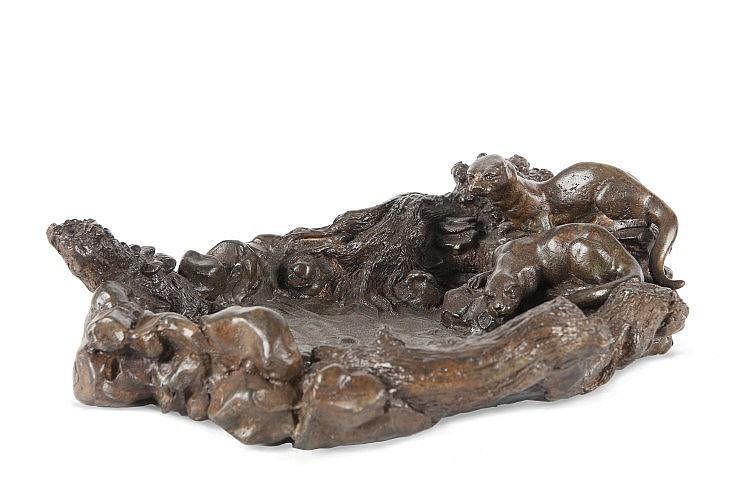 Pierre CHENET  (XX)  Loutres au point d'eau.  Bronze à patine noire.  Signé.  H. : 10 cm. L. : 34 cm. P. : 26 cm.