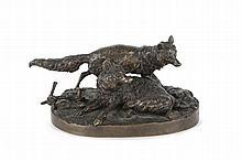 Pierre-Jules MENE  (1810-1879)  Groupe de renards. (l'un couché, l'autre debout).  Bronze à patine brune nuancée.  Signé.  H. : 8,5 cm. L. : 18 cm. P. : 11,5 cm.
