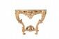 Console en bois sculpté, mouluré et doré de forme arbalète. La ceinture ajourée de forme chantournée présente un décor de feuilles et fleurs naturelles ornée en son centre d'un médaillon avec un bouquet. Les pieds galbés ornés de coquilles et