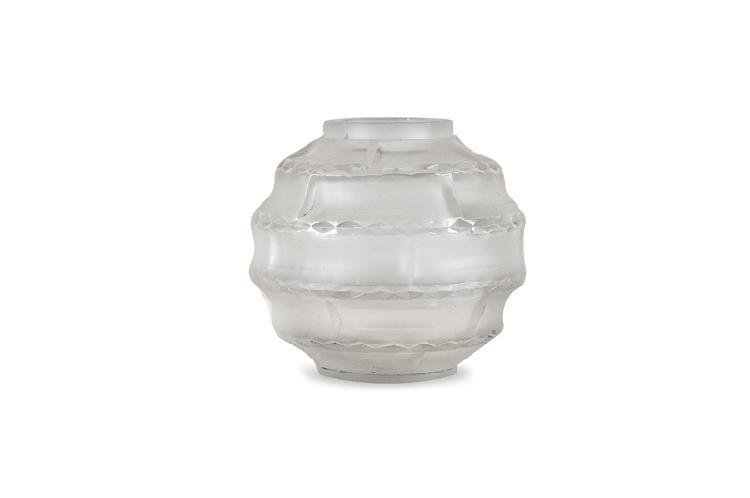André Hunebelle (1896-1985)  Vase de forme boule modèle « Arlequin »  en verre moulé pressé blanc satiné. Signé.  H. : 10 cm.