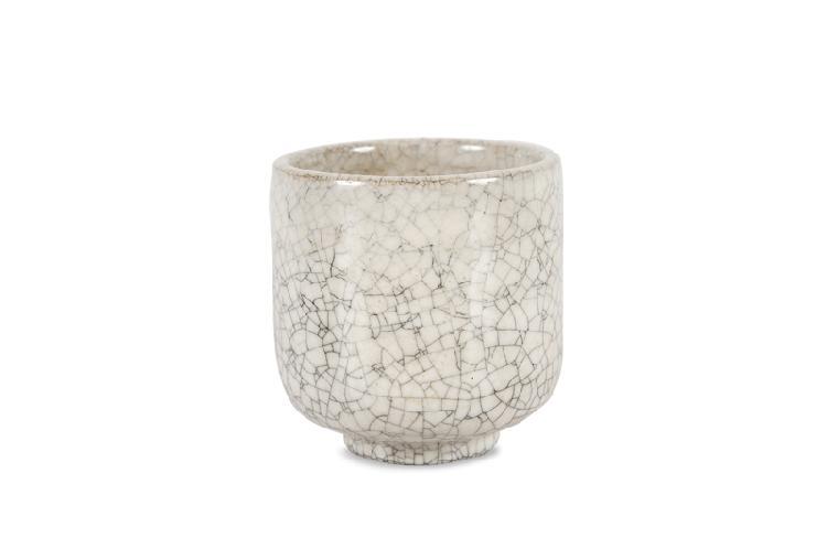 Henri Simmen (1880-1963)  Vase de forme cylindrique en céramique  blanche craquelée.  Signé.  H. : 10 cm.