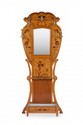 Travail français vers 1900 Porte-manteau d'applique de forme violonée à décor d'une marqueterie florale entourant un miroir rectangulaire, avec cinq patères en bronze et porte-parapluies en partie basse. Signature (apocryphe) de Gallé. H. : 214 cm.