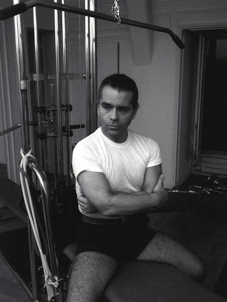 GUY MARINEAU  Karl Lagerfeld, gymnastique rue de Rivoli 1983