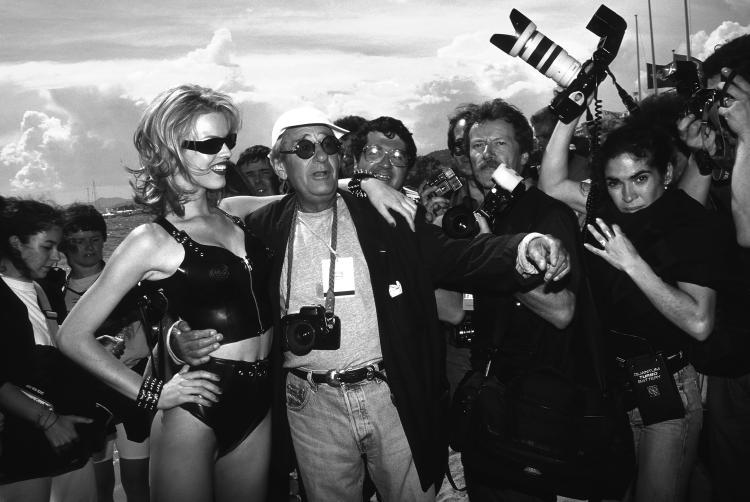 FOC KANHelmut Newton et Eva Erzegova Cannes «CarltonBeach» 1996Tirage argentique.33,5 x 50,5 cm.Signé et numéroté 13/60 cm.