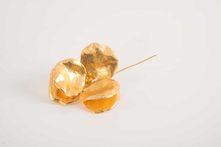 LANVIN Paris Borche en metal doré représentant une pensée.