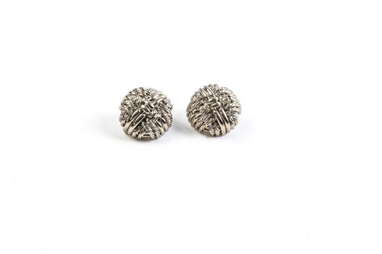 LANVIN Paris Paire de clip d'oreilles rond en métal argenté à décor d'entrelacs.