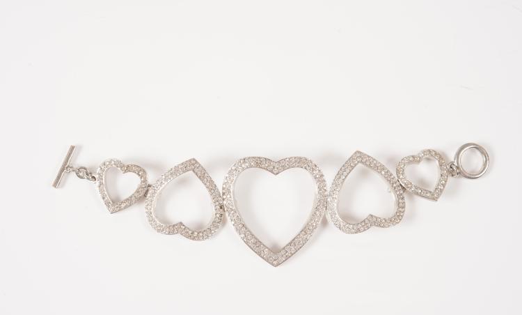 SONIA RYKIEL Bracelet en métal argenté et strass représentant des cœurs entrelacés.