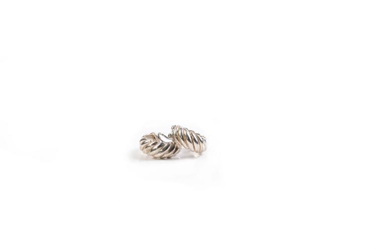 HERMES   Paire de Clips d'oreilles en argent, formant un anneau torsadé.