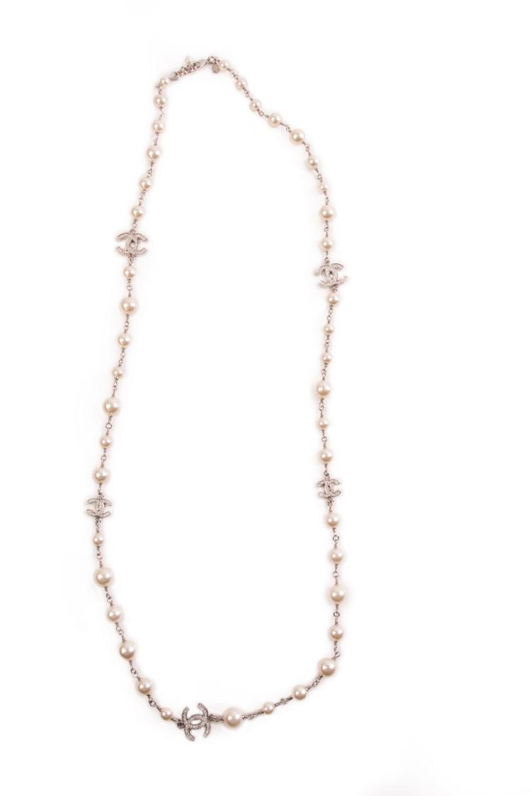 CHANEL  Collier en métal argenté, perles