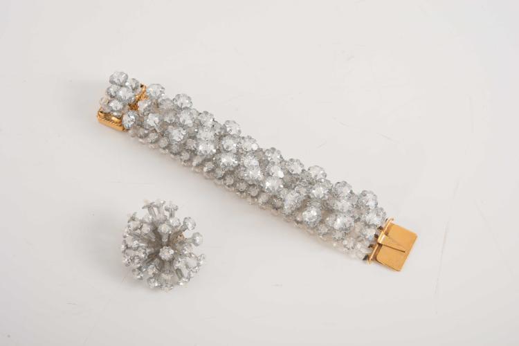 COPPOLA E TOPPO - ItalyBracelet composé d'un tissage de perles transparentes retenant des perles en forme de fleurs.Fermoir en metal doré.L. : 20 cm. Bon état.On y joint : 1 clip d'oreille en perles transparentes du même modèle.