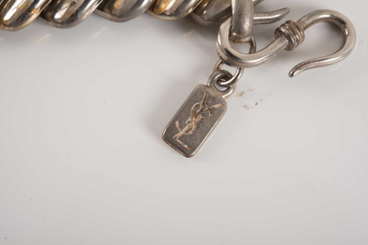 YVES SAINT LAURENT  Parrure comprenant un collier et un bracelet en métal argenté et doré formant une grosse maille gourmette.