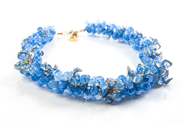 YVES SAINT LAURENT Collier en perles de pâte de verre bleu clair, certaines agrémenté d'un filet or.