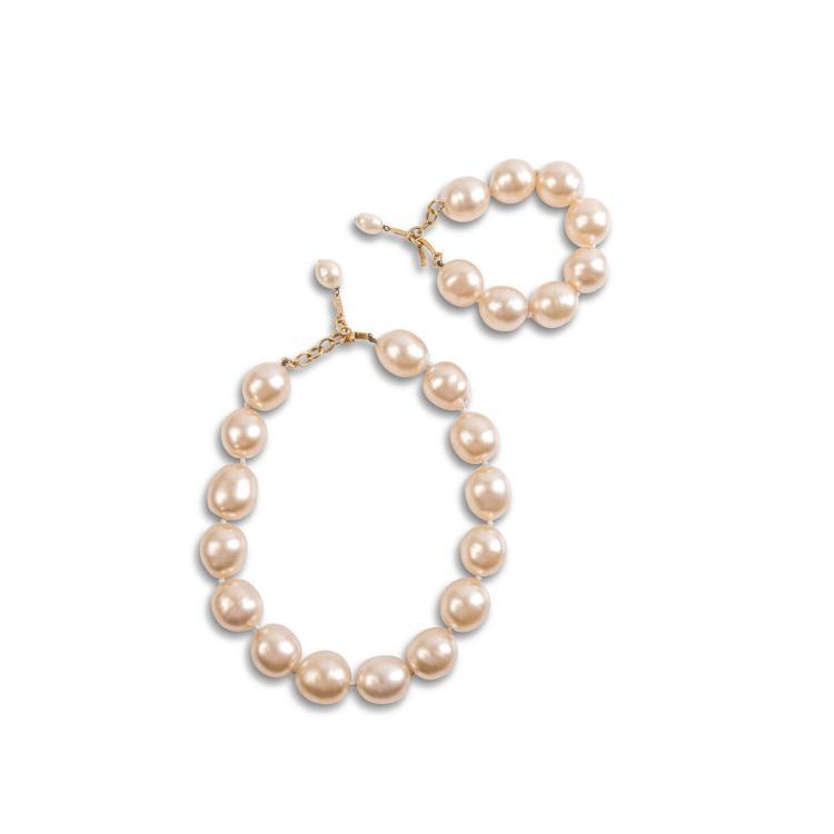 CHANEL Parrure comprenant un bracelet composé de 8 perles d'imitation et un collier composé de 15 perles.