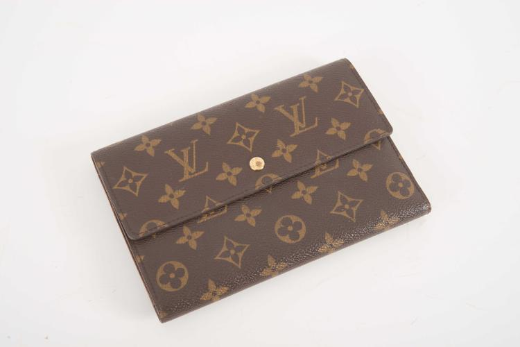LOUIS VUITTON PARIS Made in France Portefeuille compagnon en cuir marron monogrammé.