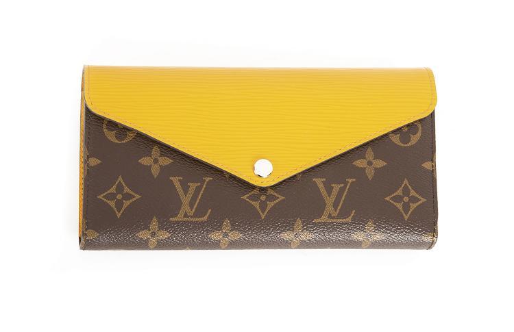 LOUIS VUITTON Paris - made in SpainPortefeuille en cuir monogrammé et cuir épi jaune de forme enveloppe.Fermeture pressionnée.Compartiment cartes et monnaie.11 x 20 cm.Etat neuf. Dustbag.