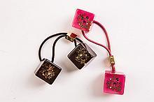LOUIS VUITTON  lot de deux élastiques pour cheveux en forme de dés rose et noir.