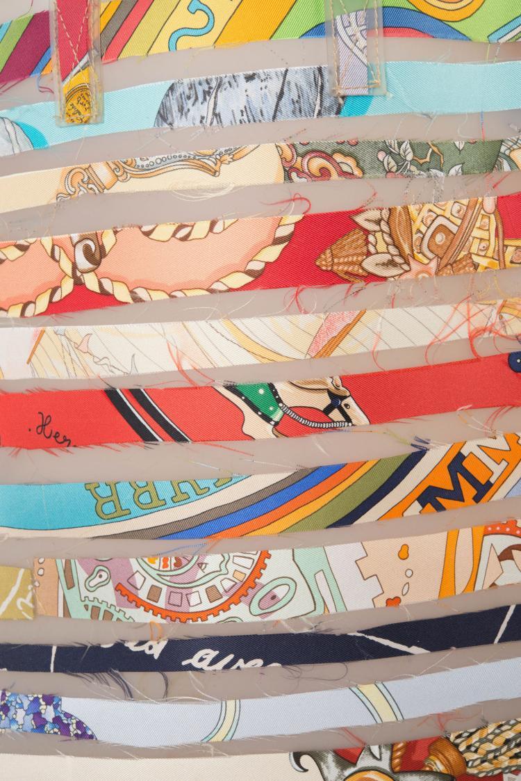 HERMES PARIS  Sac en polyuréthane et chutes d'une vingtaine de carrés en soie imprimée, le hasard préside à la réalisation et rend chaque exemplaire unique, créé à l'occasion de l'exposition le