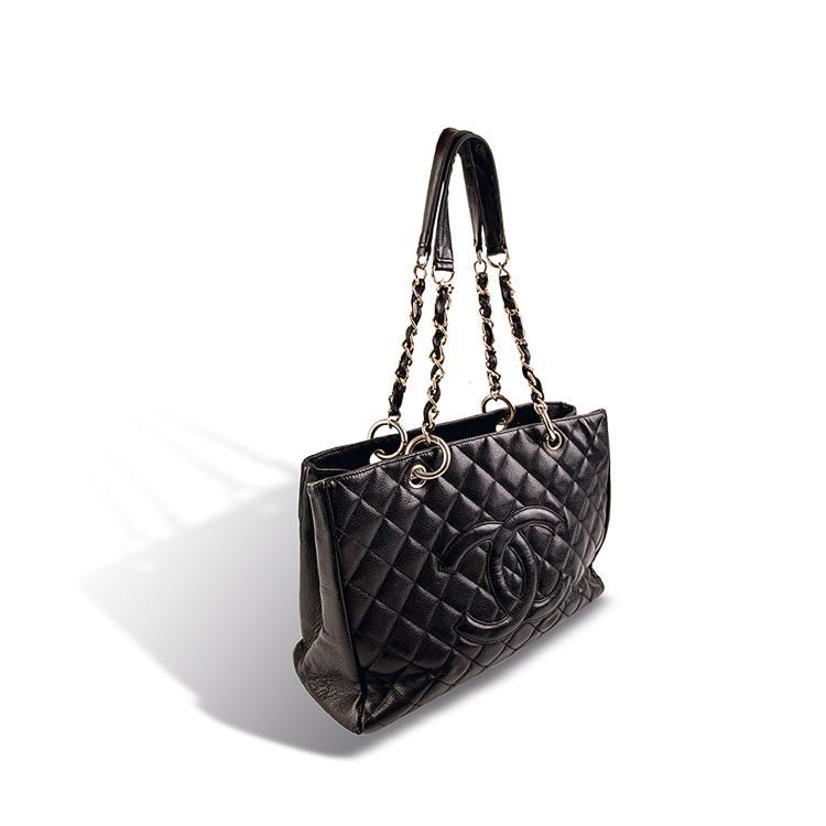 CHANEL PARIS Made in France  Sac en cuir caviar noir, siglé. Deux anses en métal doré entrelacés de cuir.