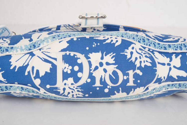 CHRISTIAN DIORSac en toile bleu et plastique blanc. Une anse bandoulière reglable.15 x 35 cm.Etat d'usage.
