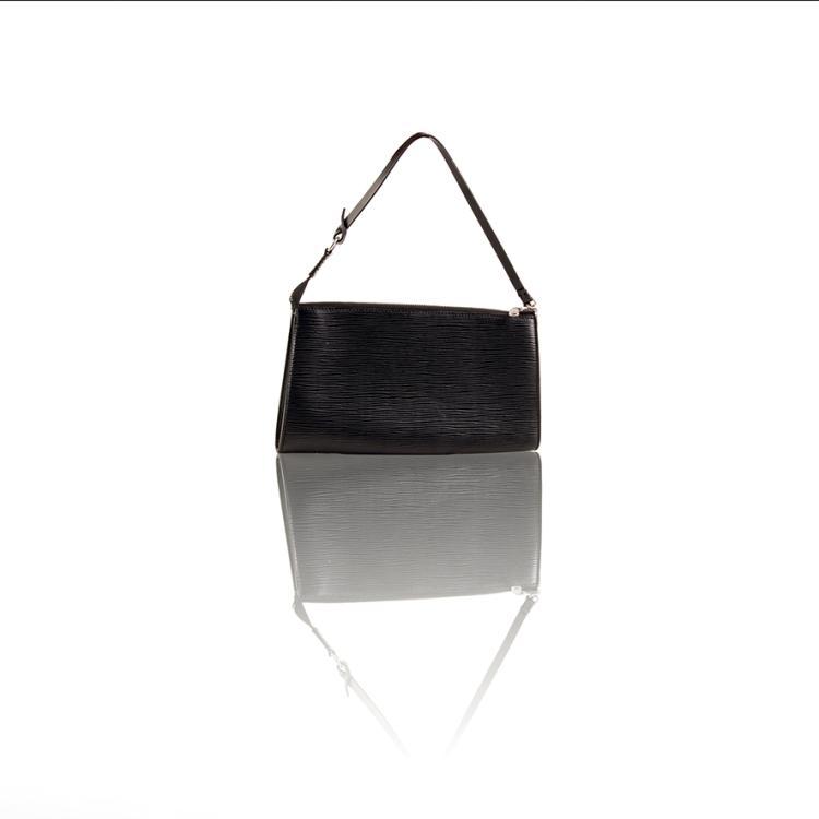 LOUIS VUITTON PARIS Made in France Pochette accessoire en cuir épi noir.