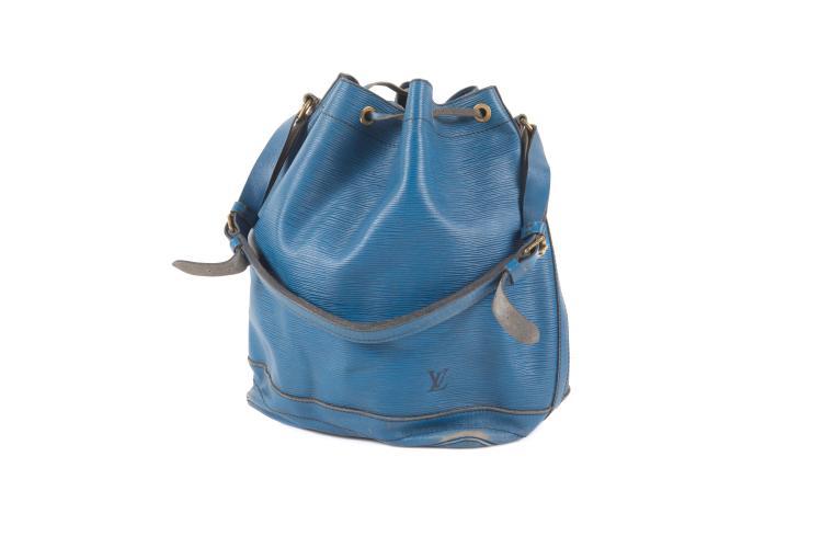 LOUIS VUITTON  Sac « Noé » en cuir épi bleu, fermeture coulissée par un lien en cuir, anse réglable.