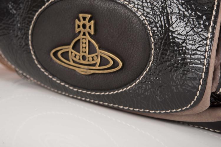 Vivienne WESTWOOD Sac besace à bandoulière en cuir vernis noir, taupe et gold.