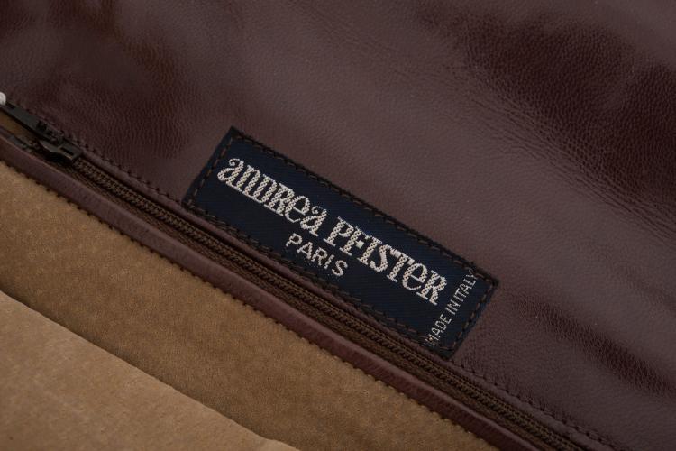 ANDREA PFISTER PARIS Pochette à main en cuir marron glacé.