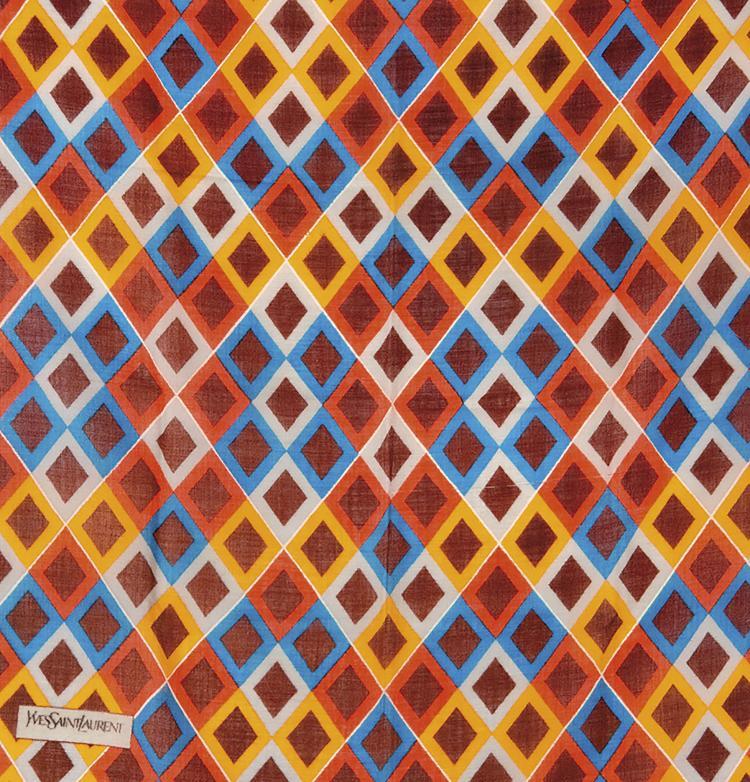 YVES SAINT LAURENT  Carré en étamine de laine à décor de losanges rouge, bleu et bordeaux.