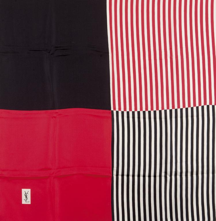 YVES SAINT LAURENT  Carré en soie imprimée à décor géométrique.