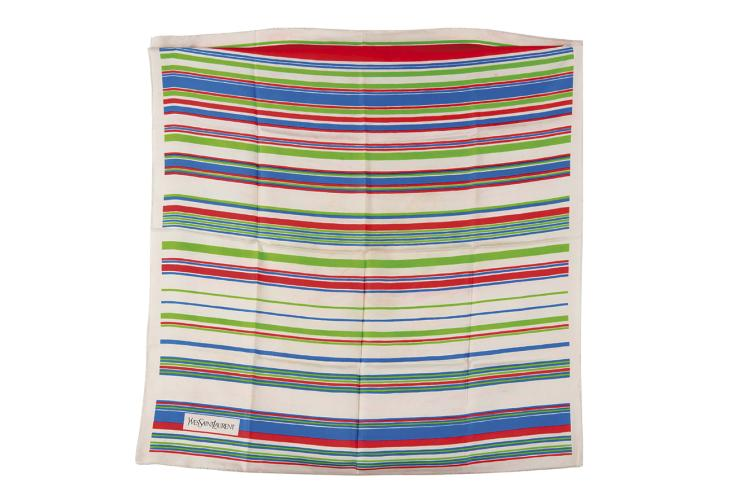 YVES SAINT LAURENT  Carré en soie imprimée de bandes bleue, verte et rouge.