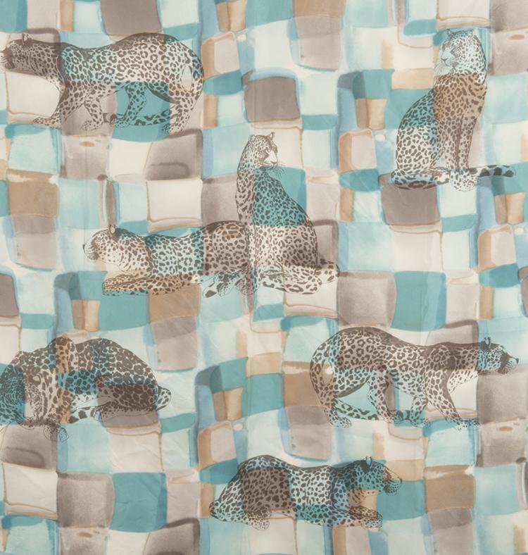 Salvatore FERRAGAMO  Carré en soie imprimé bleu turquoise à décor de félins.