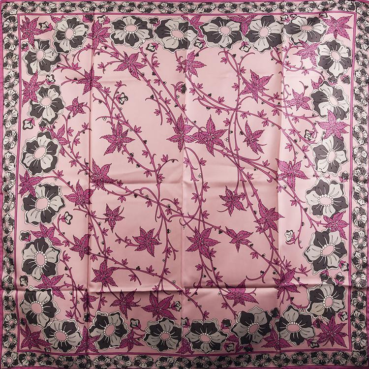 EMILIO PUCCI Carré en soie rose, gris perle et antracite.