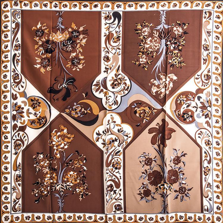 EMILIO PUCCICarré en soie chocolat.85 x 85 cm.Bon état.