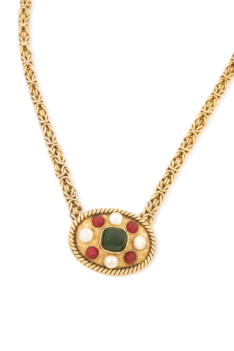 CHANEL  Ceinture en chaînette en métal doré, ornée d'un fermoir en cabochon de perles fantaisie et pierres d'imitation.