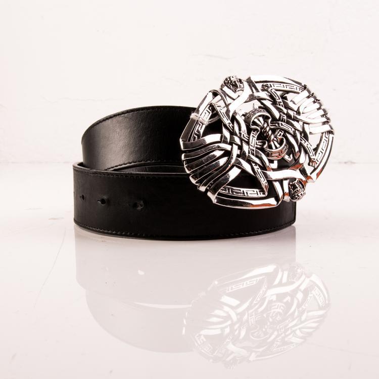 VERSACE Made in  Italy  Ceinture en cuir noir, ornée d'une grosse boucle ovale en métal argenté représentant des entrelacs.