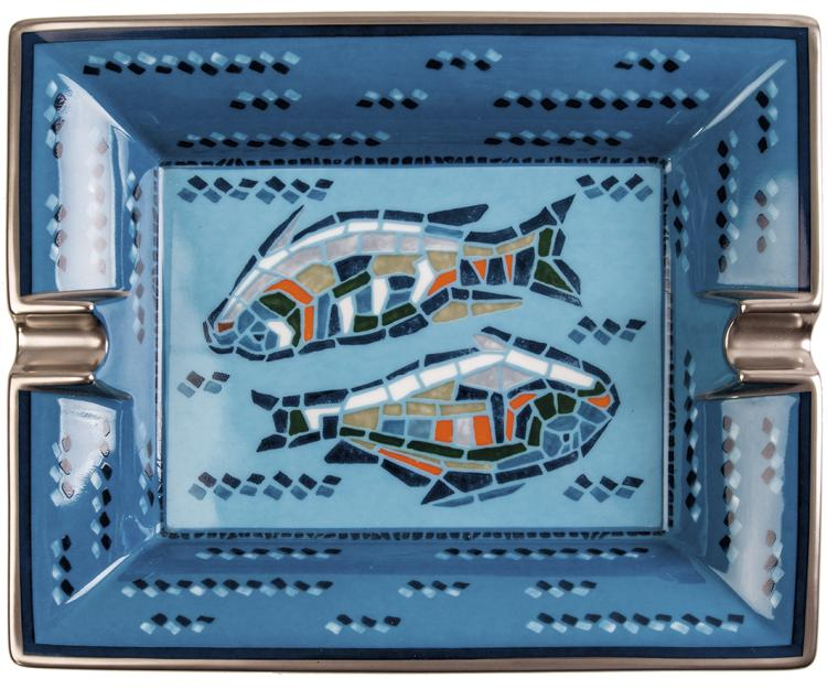 HERMÈS Paris made in France Cendrier en porcelaine peint à décor de poissons réhaussé d'un filet argent.