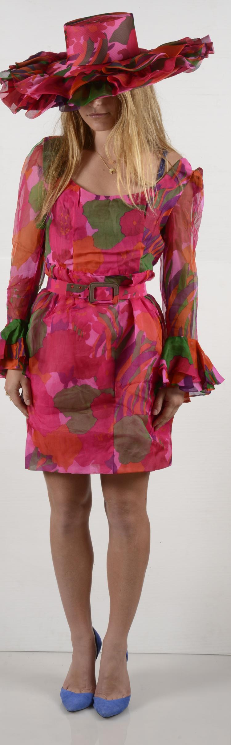 GIVENCHY Haute couture Made in France Robe de cocktail dans les tons de rose et son chapeau assorti.
