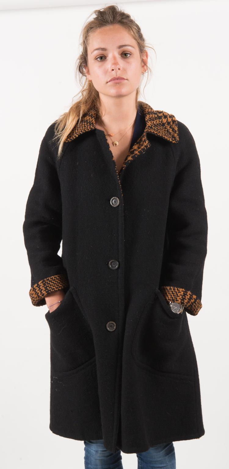 HERMES SPORT  Manteau en draps de laine noir, intérieur pied de poule noir et rouille.