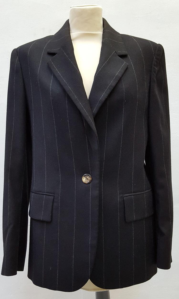 YVES SAINT LAURENT Rive Gauche Paris  Tailleur en laine et velours vert composé d'une veste boutonnée par quatre boutons sphériques bronze, d'une jupe droite