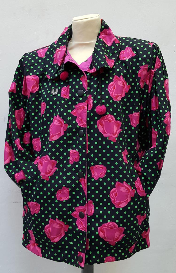 UNGARO SPORT D'Hiver Paris Blouson épaulé en tissu noir imprimé de pois vert et de roses, pressionné.