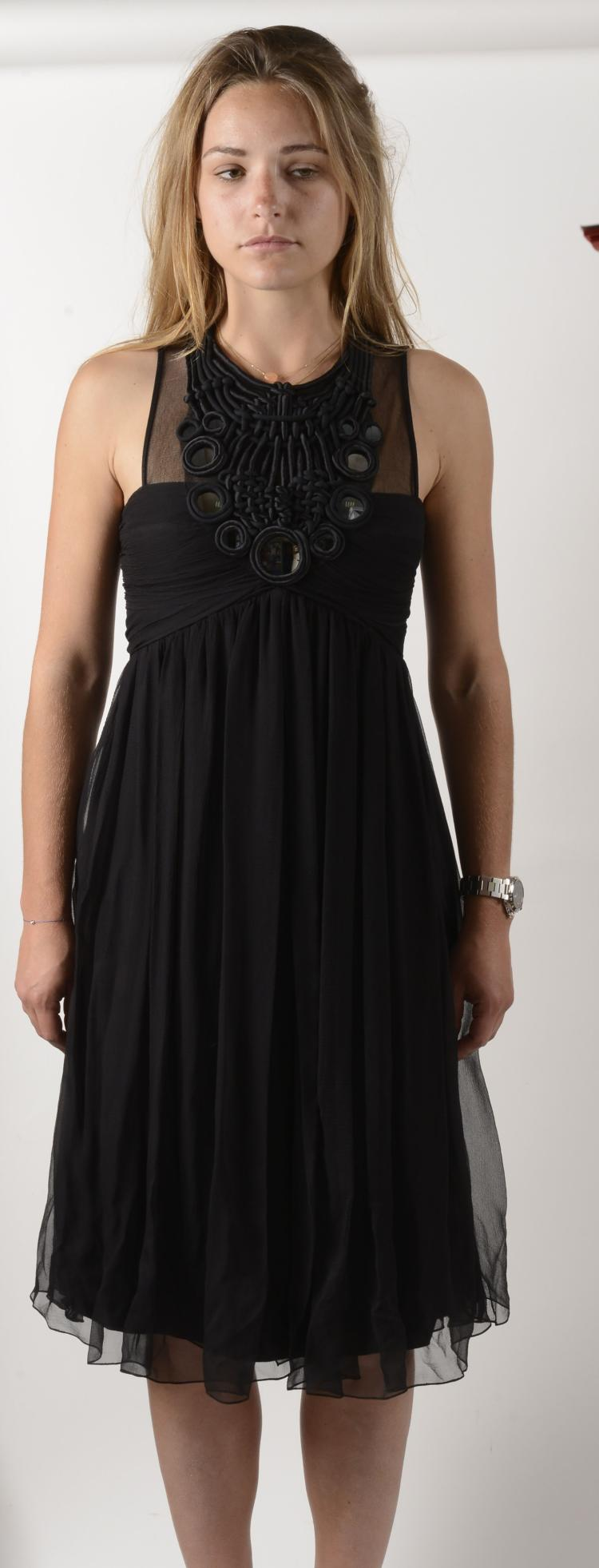 PAUL KA Jolie robe noire en soie et mousseline de soie, ornée d'un plastron en tissage de soie et decoré de petits miroirs ronds.