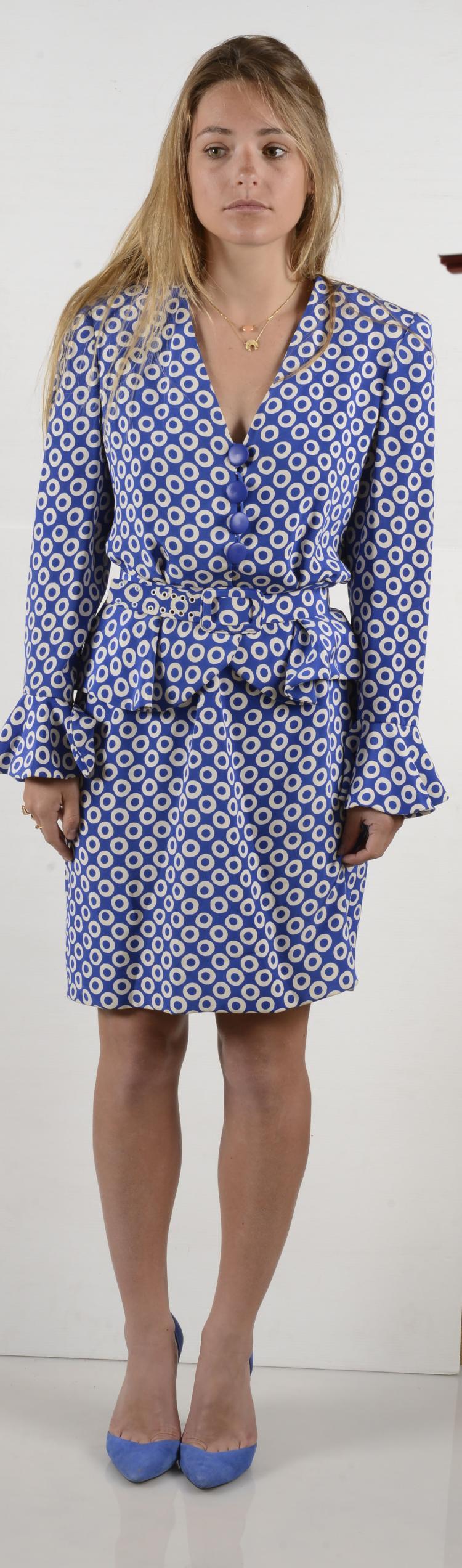 GIVENCHY Paris  Robe bleu électrique et cercle blanc, décolté boutonné par de gros boutons bleus, ceinturé à la taille.